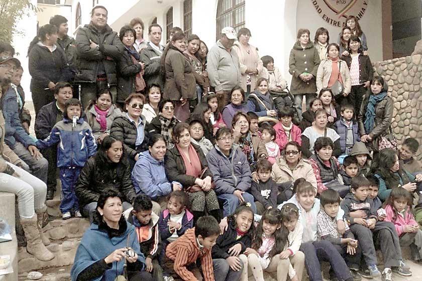 Delegaciones de toda Bolivia. Papás biológicos e hijos adoptivos. Korean Hits.