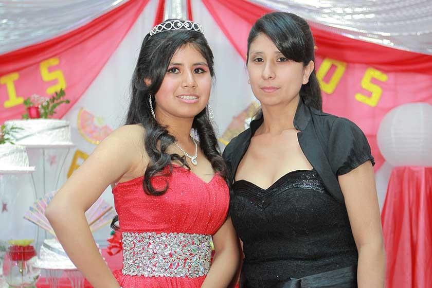 Alexandra junto a su madre Miriam Jallaza.