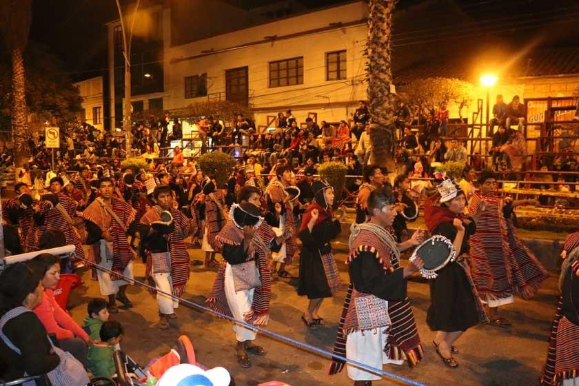 ACOMPAÑAMIENTO. Las calles y avenidas del trayecto de la entrada folclórica se llenaron de público para aplaudir