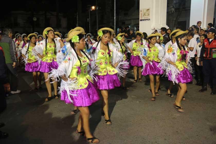 INTEGRACIÓN. La rueda chapaca interpretada por las alumnas del Liceo María Josefa Mujía durante su ingreso a la plaza 25
