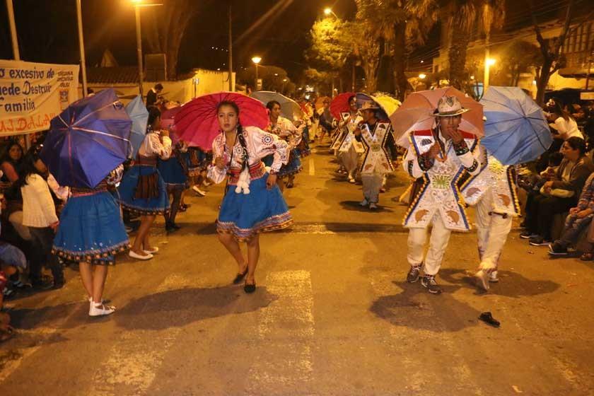 VISITANTE. Estudiantes de la Unidad Educativa Independencia del municipio de Uncía en la interpretación de la danza kall