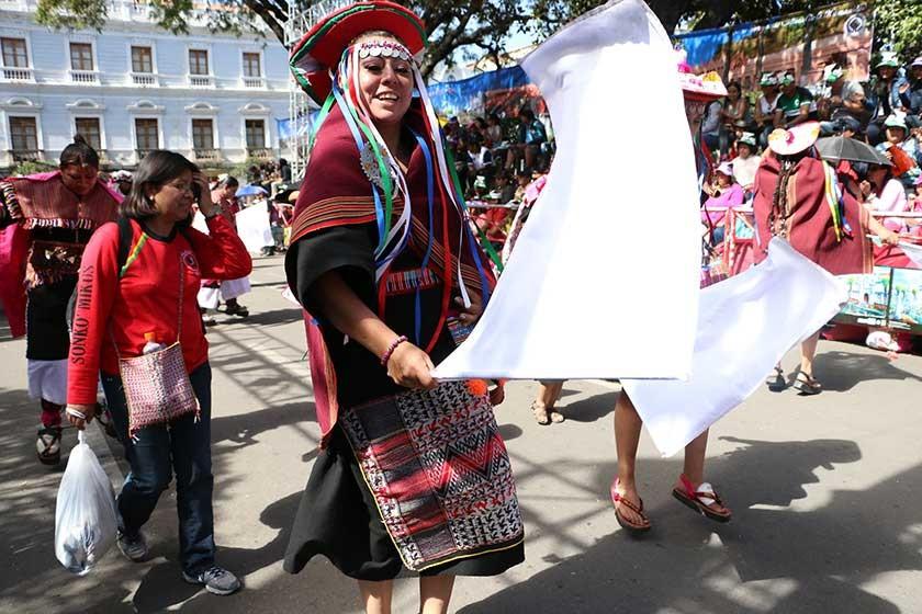 La alegría de la juventud en el desfile folclórico.