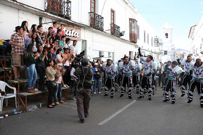 El público vivió el desfile  folclórico en las calles.