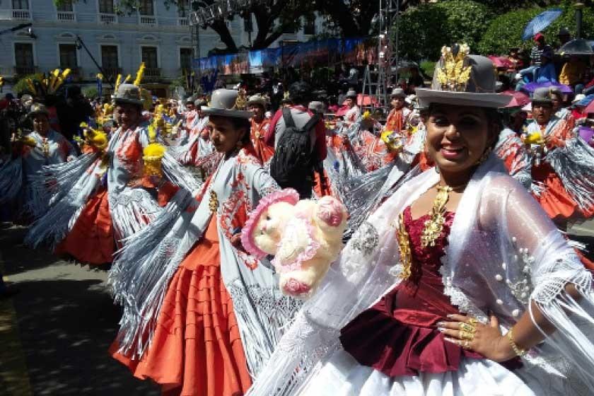 La morenada Central es una de las más antiguas en Sucre, ayer cumplió 25 años participando en la Entrada de la Virgen de