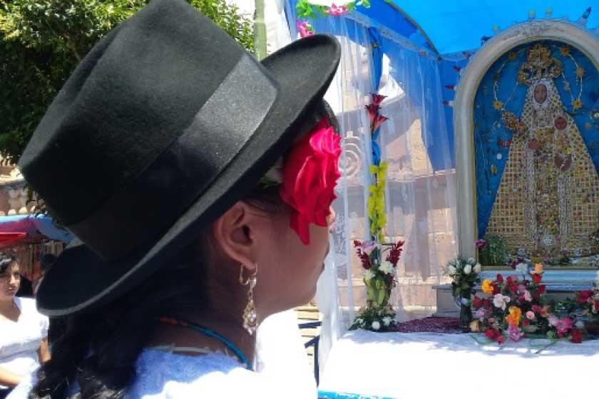Los bailarines llegaron al pie de la imagen de la Virgen de Guadalupe.