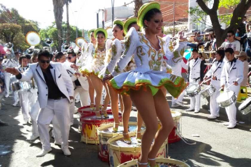 Figuras de los caporales Centralistas bailan sobre  los bombos de la banda.
