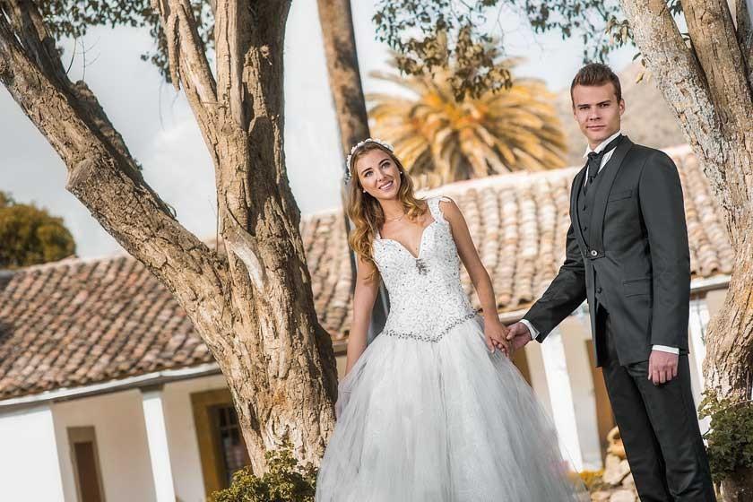 Él luce impecable junto a la novia.