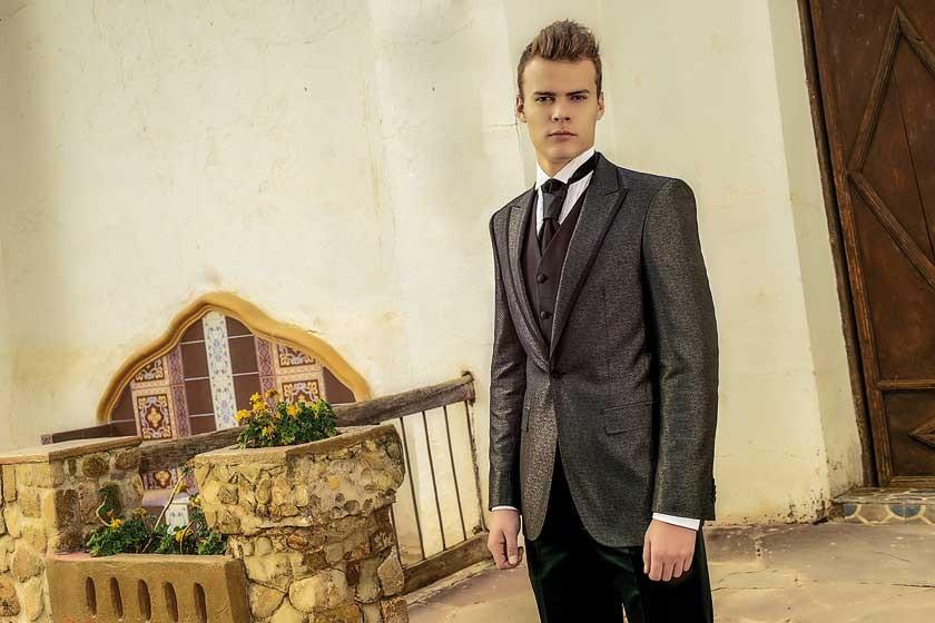 El terno Almanza Novios lleva ribete de tela lisa en las solapas como tono contraste.