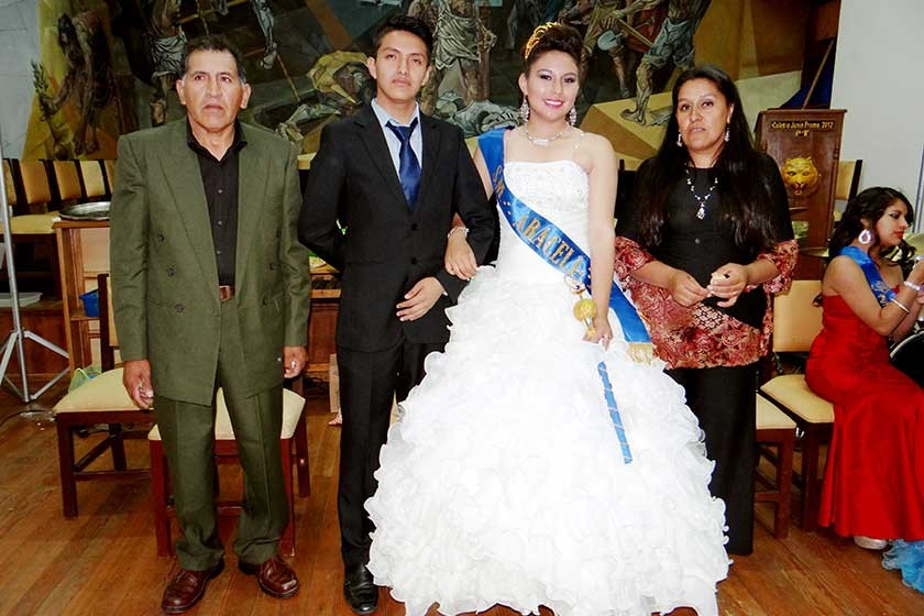 Araceli junto a sus padres y su paje.