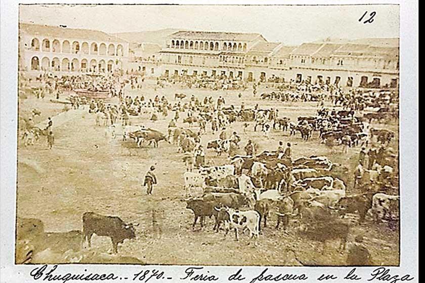 Fotografía de la Plaza Mayor de Sucre en 1870. Al fondo se advierte la casa de tres pisos que en la actualidad alberga..