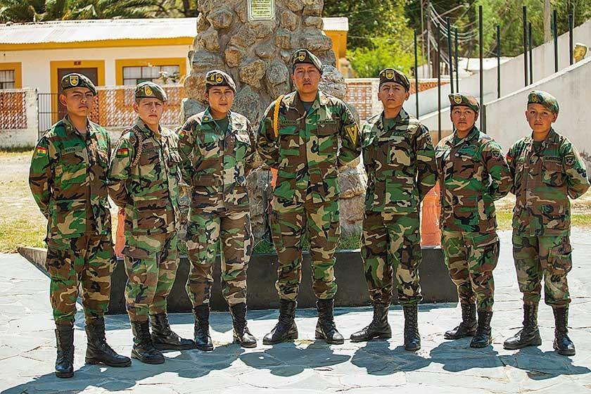 Brus Serrano (al centro), mejor alumno del Liceo, acompañado de destacados cadetes de diferentes cursos.