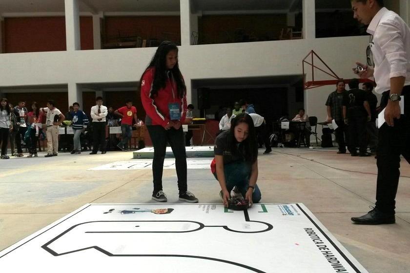 Dos estudiantes chuquisaqueñas durante su participación en robótica. Foto: Dayana Martínez