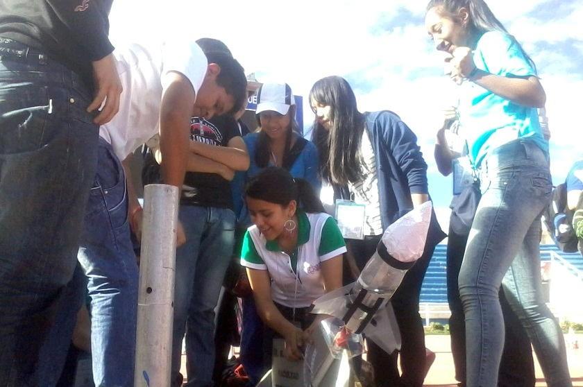 Los estudiantes de Tarija durante la propulsión de cohetes. Foto: Héctor López