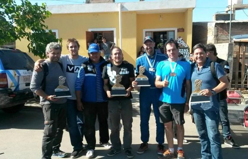 Luciano Pérez (2d) posa con el equipo que lo apoya en Argentina. Foto: Facebook