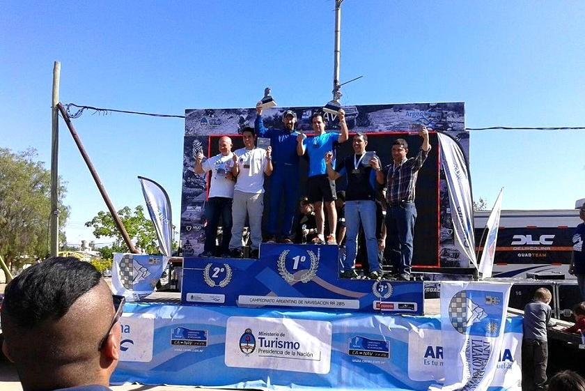 Luciano Pérez en el podio junto con su navegante. Foto: Facebbok