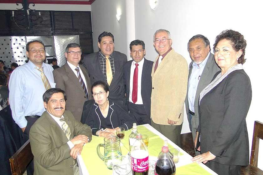 Arriba: Juan Pablo Gutiérrez, Freddy Patiño, José Calani, Javier Flores, Vicente Campos,  Edmundo Torres y Virginia U.