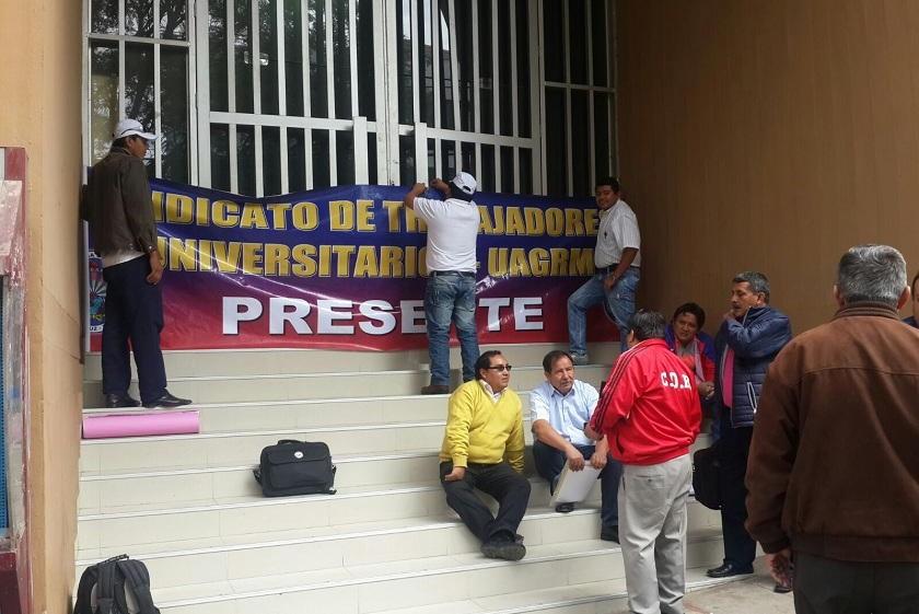 Los trabajadores sindicalizados de la Gabriel René Moreno hacen vigilia en el TCP. Foto: William Zola