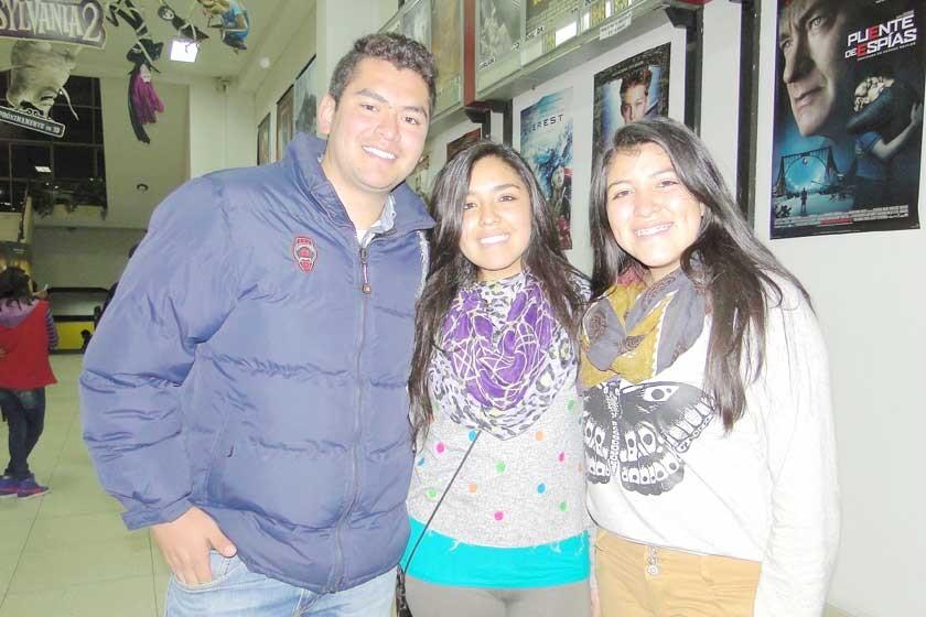 Javier Serrudo junto a Paola y Adriana Gutiérrez.