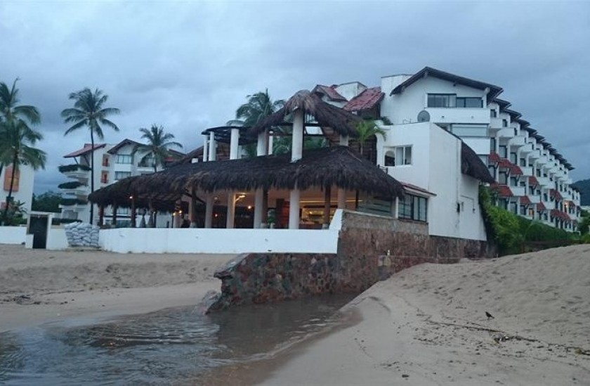 Aspecto de la costa de Puerto Vallarta (México) hoy, sábado, que permanece en calma tras el paso de Patricia. EFE