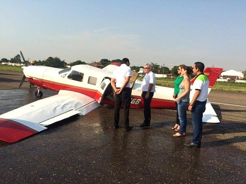 Rubén Costas junto al avión que sufrió el percanse. Foto: El Deber