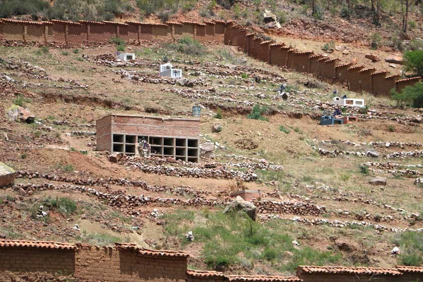 Vecinos crean cementerios propios