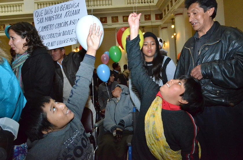 Niños celebran tras el acto de promulgación de la ley esta mañana en La Paz. Foto: ABI