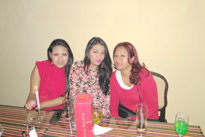 Yessica Sahonero, Fabiola Sahonero y Sonia Ayala de Sahonero.
