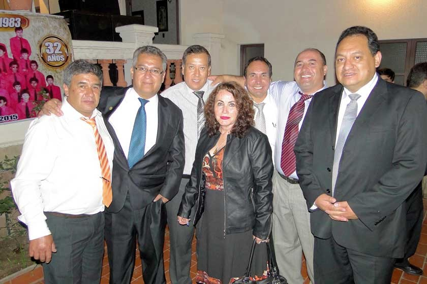 Julio Gamarra, Víctor Quevedo, Edgar Fiengo, Kenny Prieto, José Calvimontes y Oscar Navarro junto a la prof. Miriam Z.