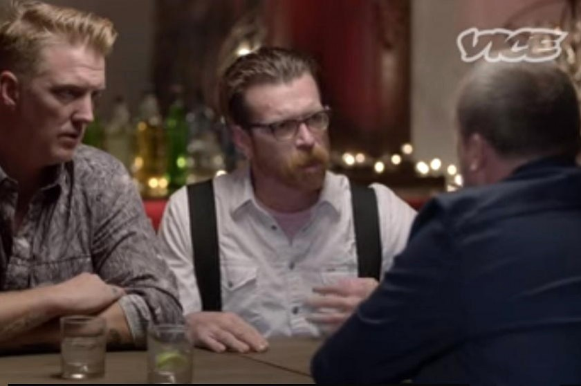 Jesse Hughes (c), vocalista de Eagles of Death Metal, habla conmovido durante la entrevista. Foto: Captura de video