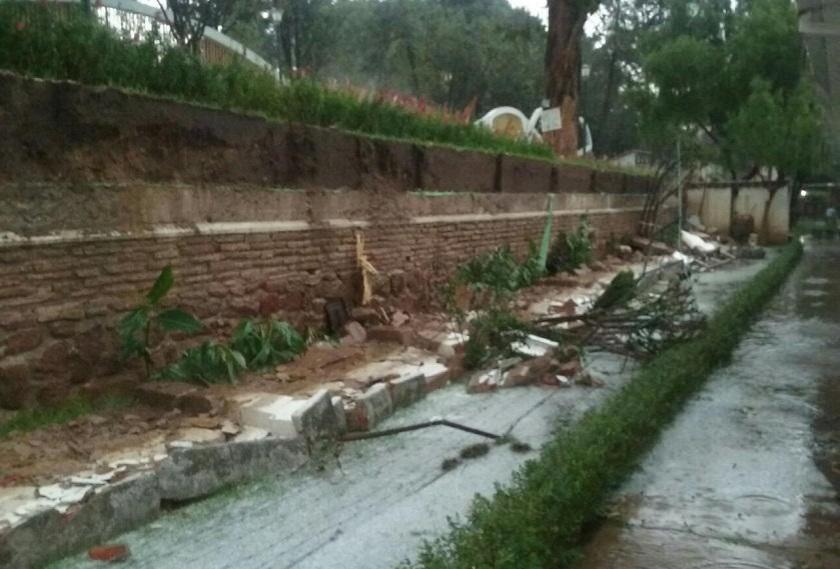 Uno de los muros del ex hotel Municipal conlindante con el Parque Bolívar se desplomó. Foto: Gentileza