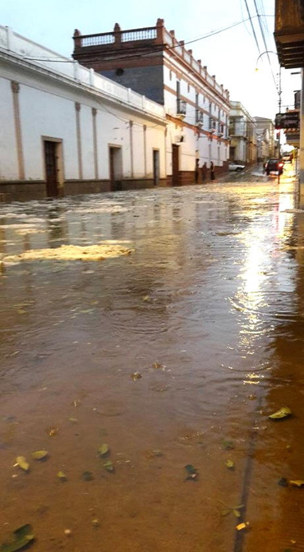 La calle Loa, entre Ayacucho y Olañeta, quedó repleta de agua. Foto: Edwin Urizar