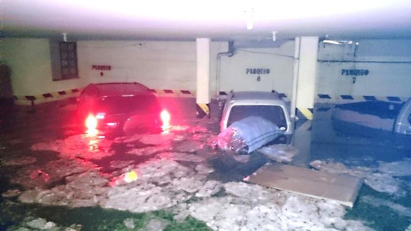 El parqueo de la Sociedad de Ingenieros (c. Destacamento 111) se inundó con varios autos estacionados. Gentileza