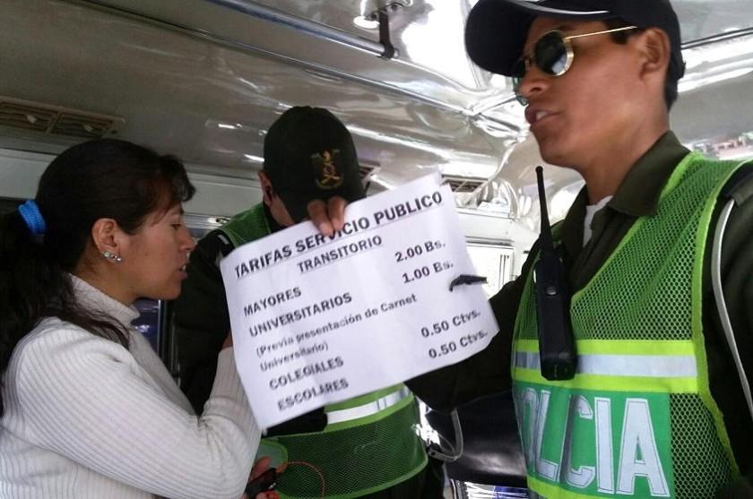 Personal del Tránsito emitió boletas de infracción a los choferes de los micros. Foto: CORREO DEL SUR