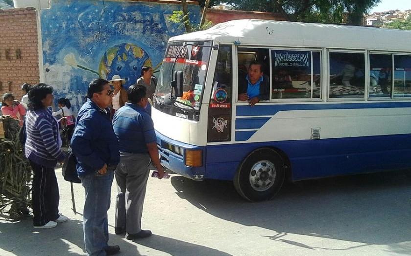 Vecinos discutieron con los choferes de los micros. Foto: CORREO DEL SUR