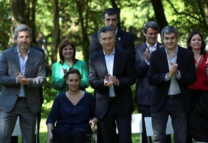 Mauricio Macri (c), presidente electo de Argentina, posa durante un acto en el que presentó a su gabinete. Foto: EFE