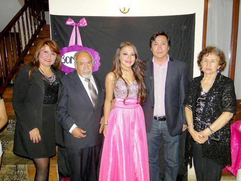 Allison Nogales junto a sus padres y abuelitos.