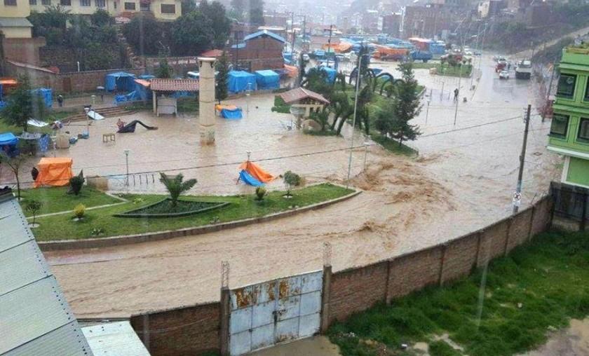 Las calles de Sucre se convirtieron en ríos. El lugar corresponde a parte de la Feria Navideña Foto: Gentileza