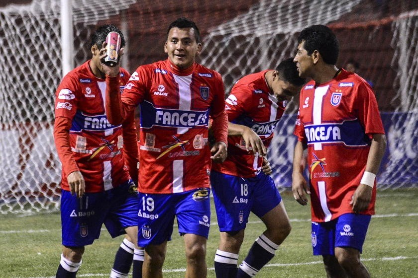 Enrique Flores (c) festeja con sus compañeros el gol del triunfo de Universitario. Foto: APG