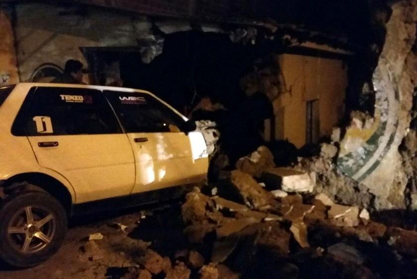 Un automóvil chocó contra el muro de una casa a menos de una cuadra de la Terminal de Buses. Foto: CORREO DEL SUR