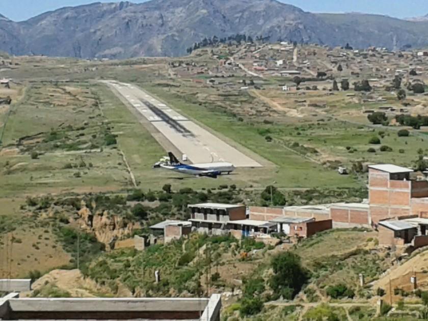 El avión se salió de la pista de aterrizaje del aeropuerto Juana Azuduy de Padilla. FOTO: Gentileza