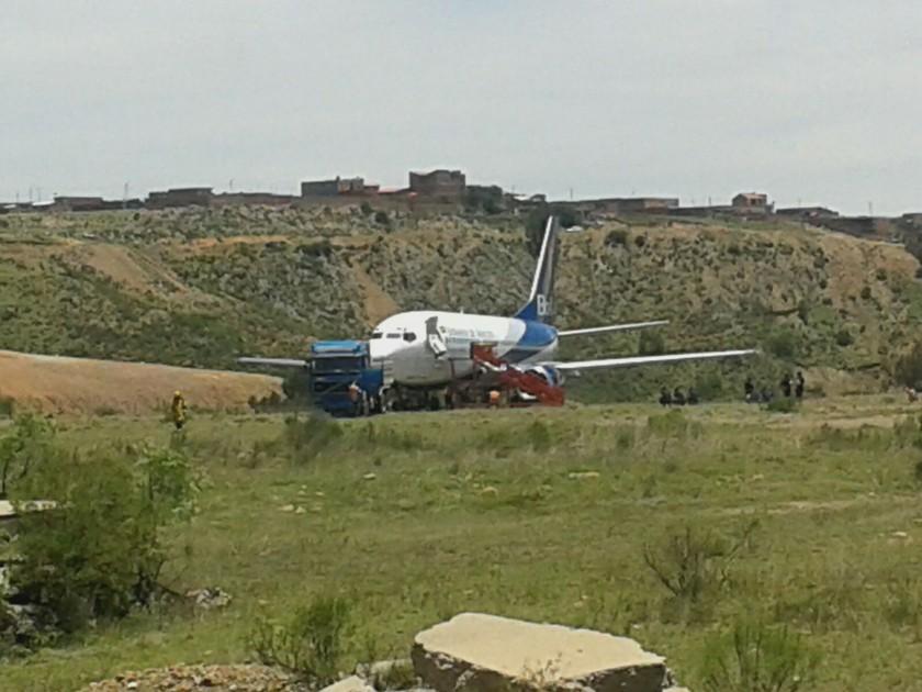 El avión se salió de la pista de aterrizaje del aeropuerto Juana Azuduy de Padilla. FOTO: CORREO DEL SUR