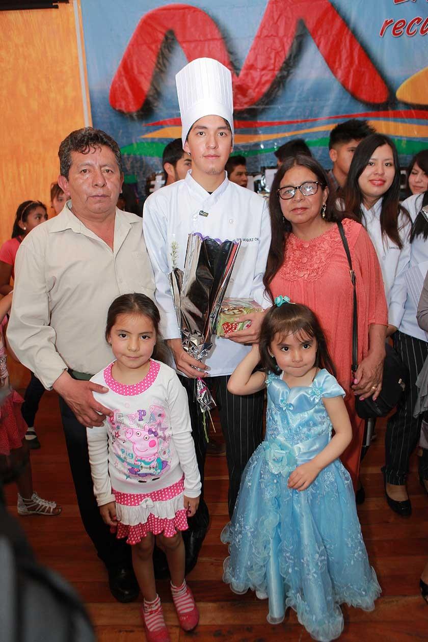 Ivo Vásquez junto a su familia.
