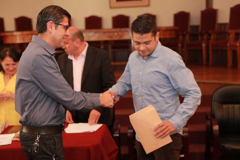 Franco Bohórquez premia a Pablo Torrez.