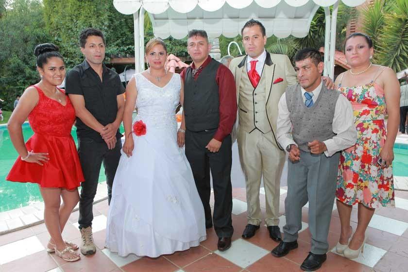 La novia junto a sus hermanos.