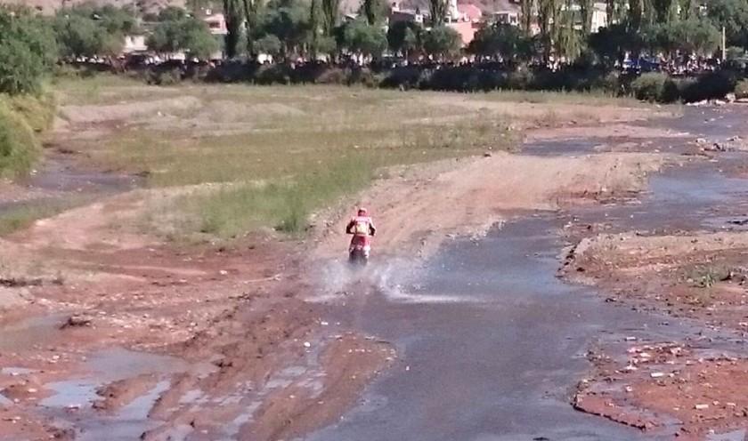 El paso del primer motociclista por Tupiza. Foto: Gentileza