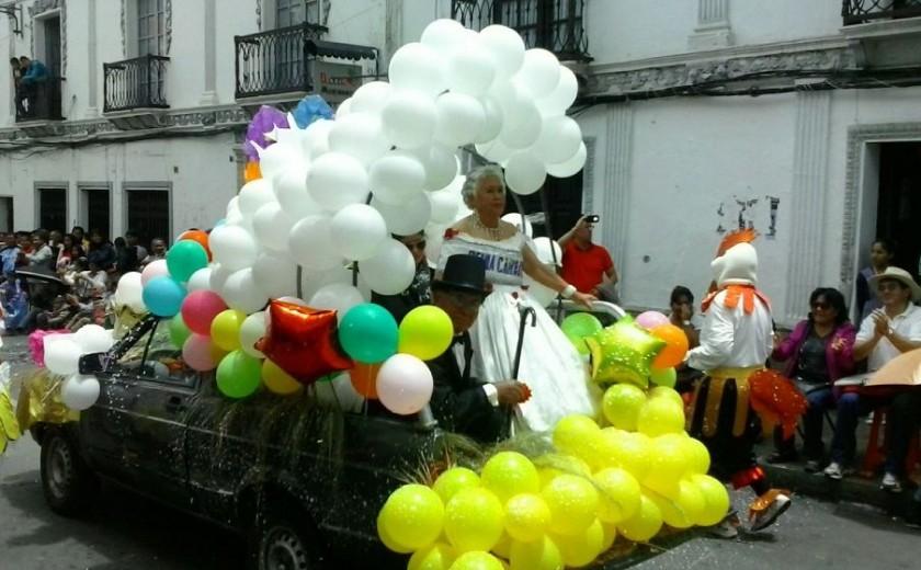 Las carrozas y caracterizan al Carnaval de Antaño; en la foto, la reina de antaño. Foto: Gabriel Salinas