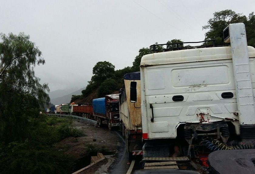 Vehículos de alto tonelaje impiden el libre tránsito en la ruta Sucre-Cochabamba. Foto: Henry Aira