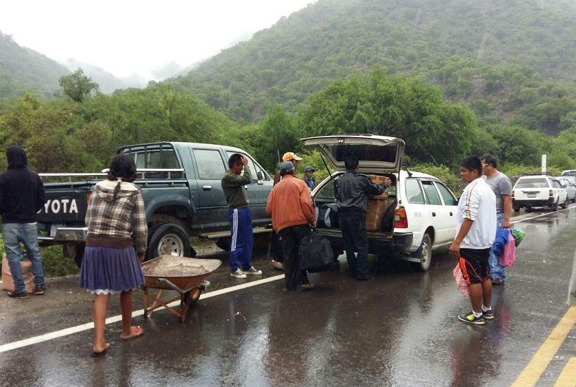 Los taxistas aprovechan el bloqueo para trasladar pasajeros a Sucre. Foto: Henry Aira