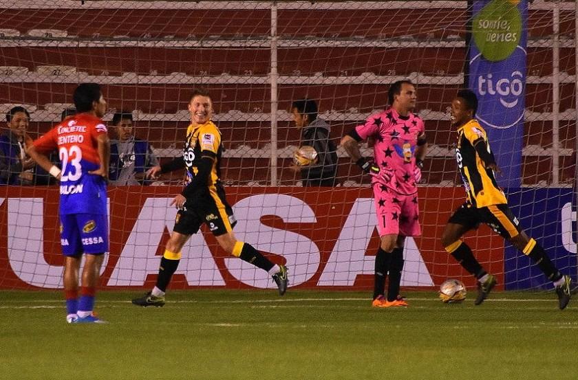 La celebración de los jugadores Chumcero y Ballivián (d) ras el gol del Tigre. Foto: APG