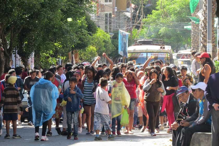 La fiesta se desata y comparsas toman las calles de Sucre